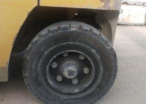 Chariot élévateur équipé de pneu maxam
