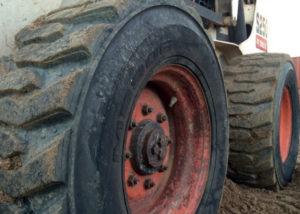 pneu maxam construction sur un véhicule de construction