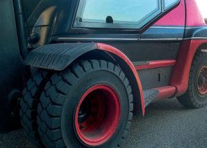 Chariot élévateur équipé de pneu maxam industriels