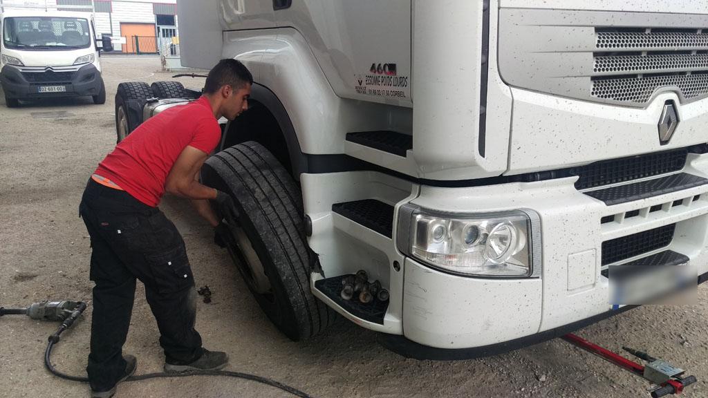 changement de pneu sur camion poids lourd